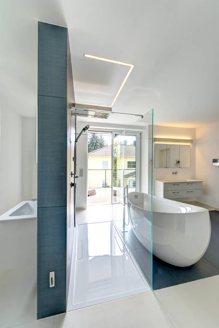 Traum in Blau und Weiß:  Badezimmer von Innenarchitektin Katrin Reinhold,Modern