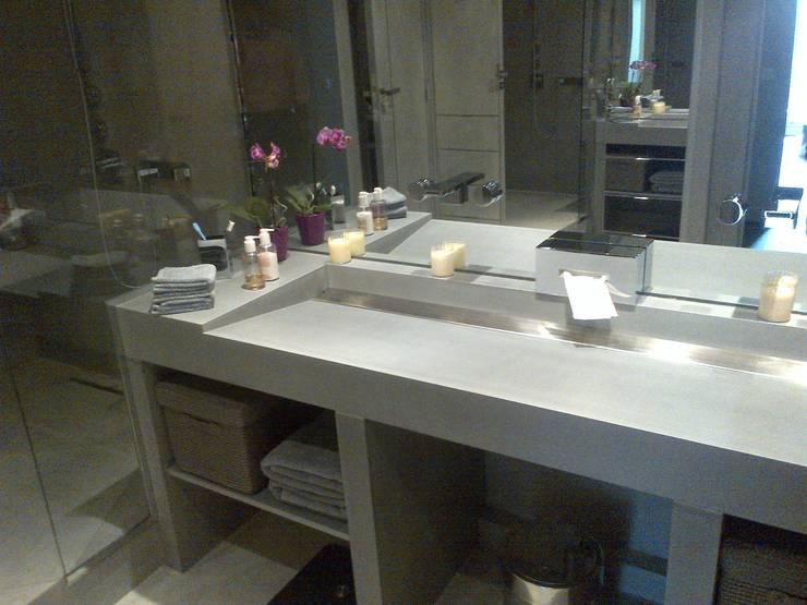 Vasques Béton & Inox Brossé: Salle de bains de style  par Concrete LCDA