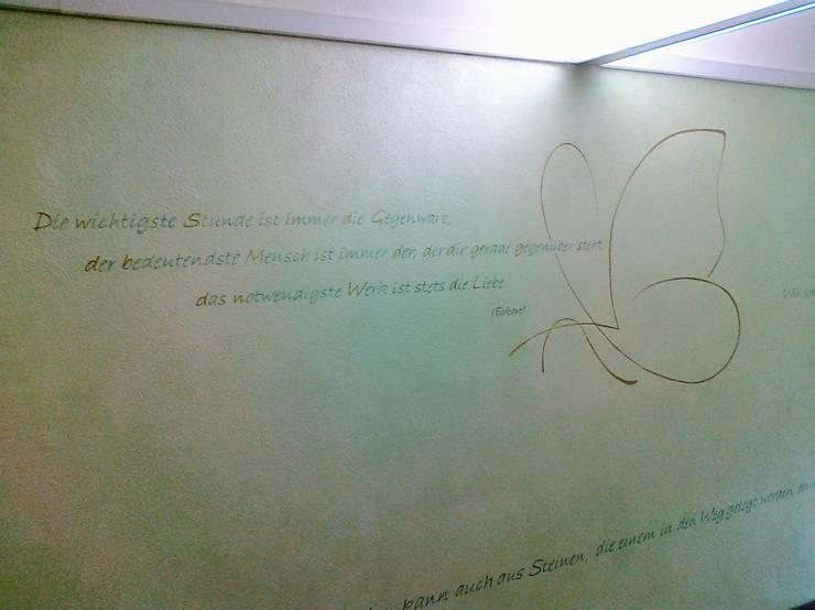 Sprüche und Gestaltungselement in Hauseingangsbereich:  Wände & Boden von Wohnen & Kunst