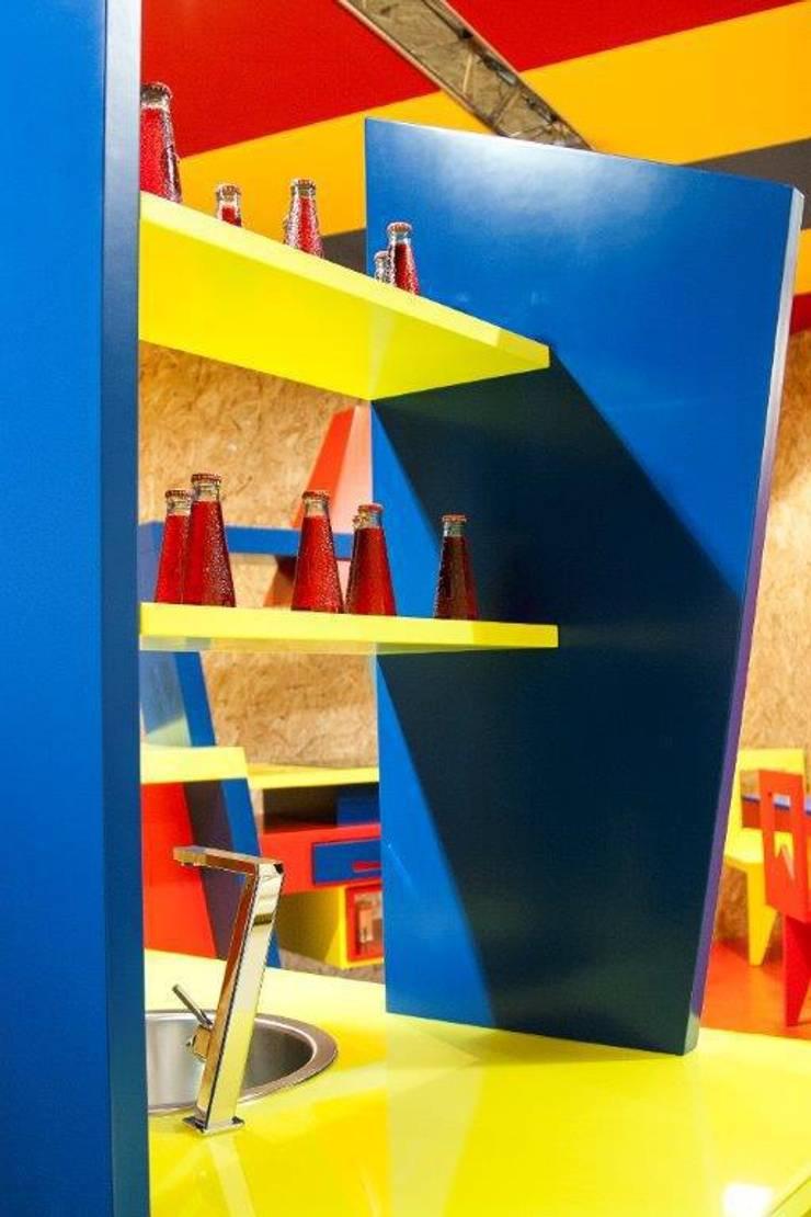 Particolare mensole: Cucina in stile  di Marco Leardini 1964