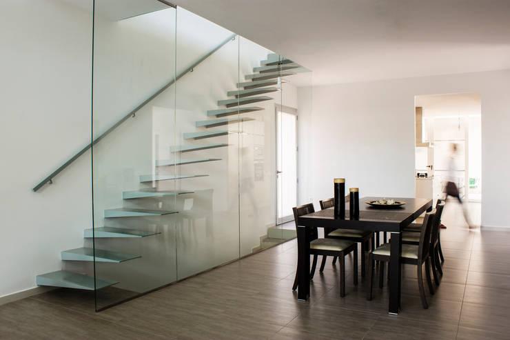 Escalera comedor: Casas de estilo minimalista de RUBÉN MUEDRA ESTUDIO DE ARQUITECTURA