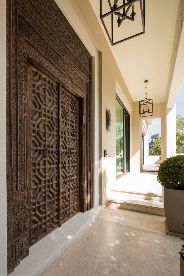 ACCESO: Ventanas de estilo  por Rousseau Arquitectos