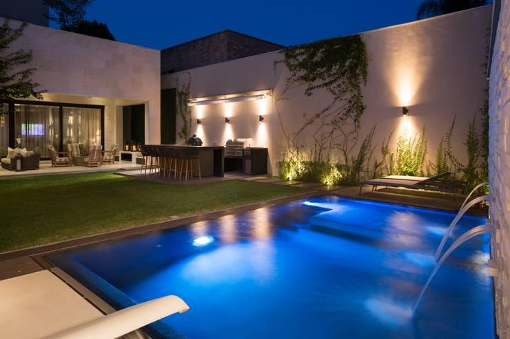 ALBERCA: Albercas de estilo moderno por Rousseau Arquitectos