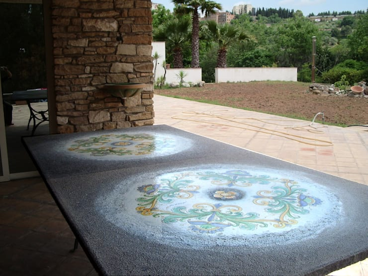 Tavolo in pietra lavica maiolicata decotrata a mano.: Giardino in stile  di  Ceramiche Militello