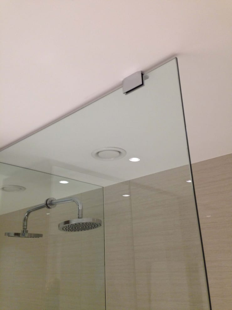 Shower Wall Mirror Cladding:  Bathroom by bohdan.duha