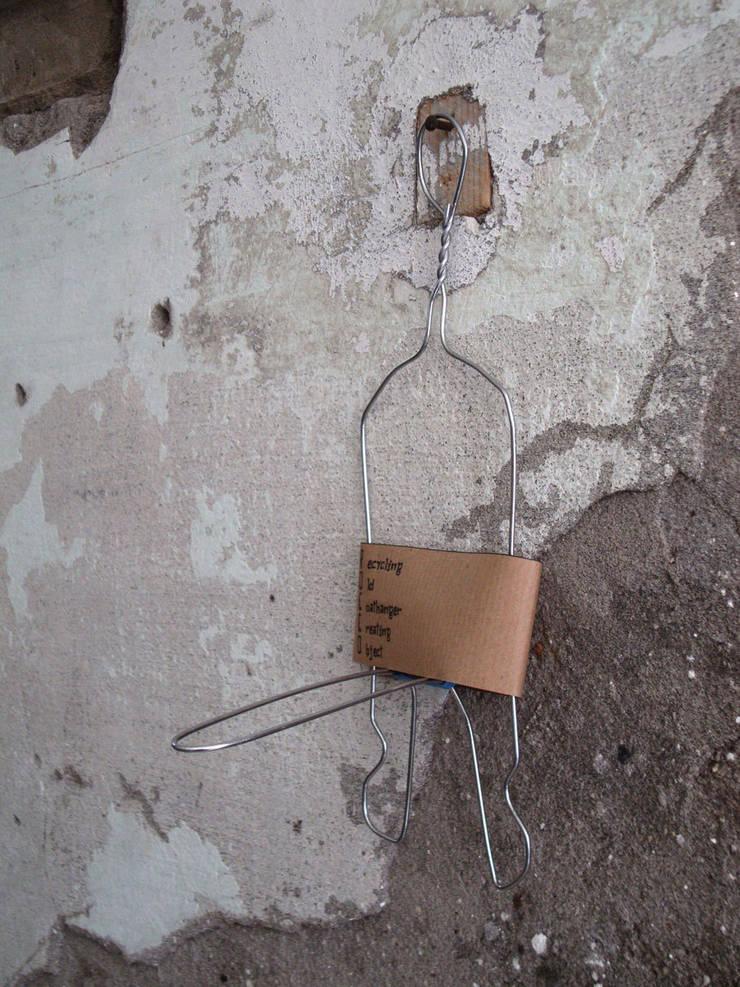 Rocco: Recycling Old Coat hangers Creating Objects:  in stile  di FPAA / Fiori Pietrapiana Architetti Associati