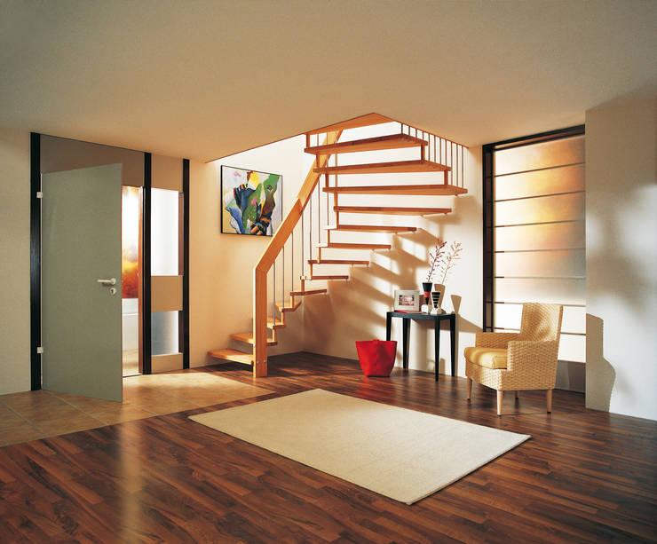 Vestíbulos, pasillos y escaleras de estilo  de Treppenbau Friedel Becker