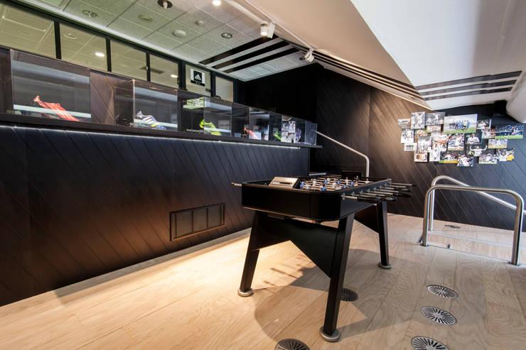 Palco VIP para Adidas en el Santiago Bernabéu: Estadios de estilo  de Stone Designs