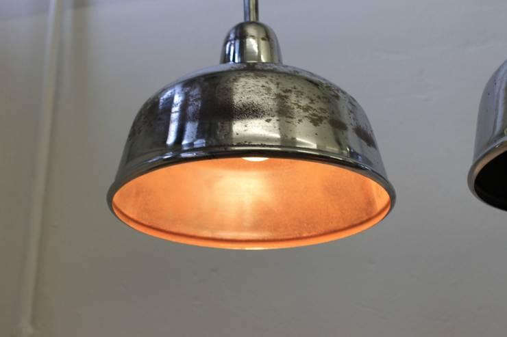 """""""GERA PENDEL"""" Patinierte Industriedesign Fabrik Lampe Stahlblech / Bakelit:  Geschäftsräume & Stores von Lux-Est"""