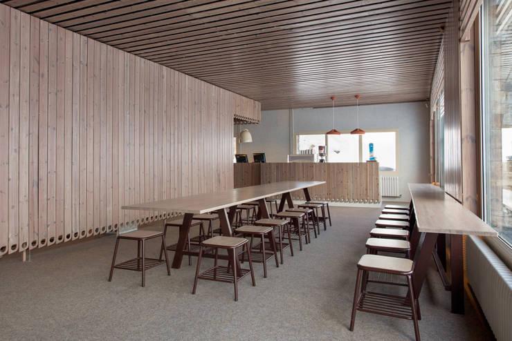 Cubil, Grandvalira: Locales gastronómicos de estilo  de Stone Designs