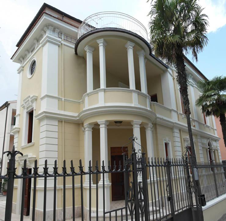 Restauro conservativo del Villino Orsini: Case in stile  di Laura Marini Architetto