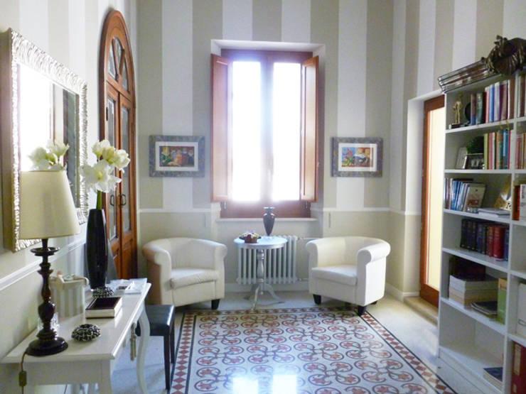 Restauro conservativo del Villino Orsini: Soggiorno in stile  di Laura Marini Architetto