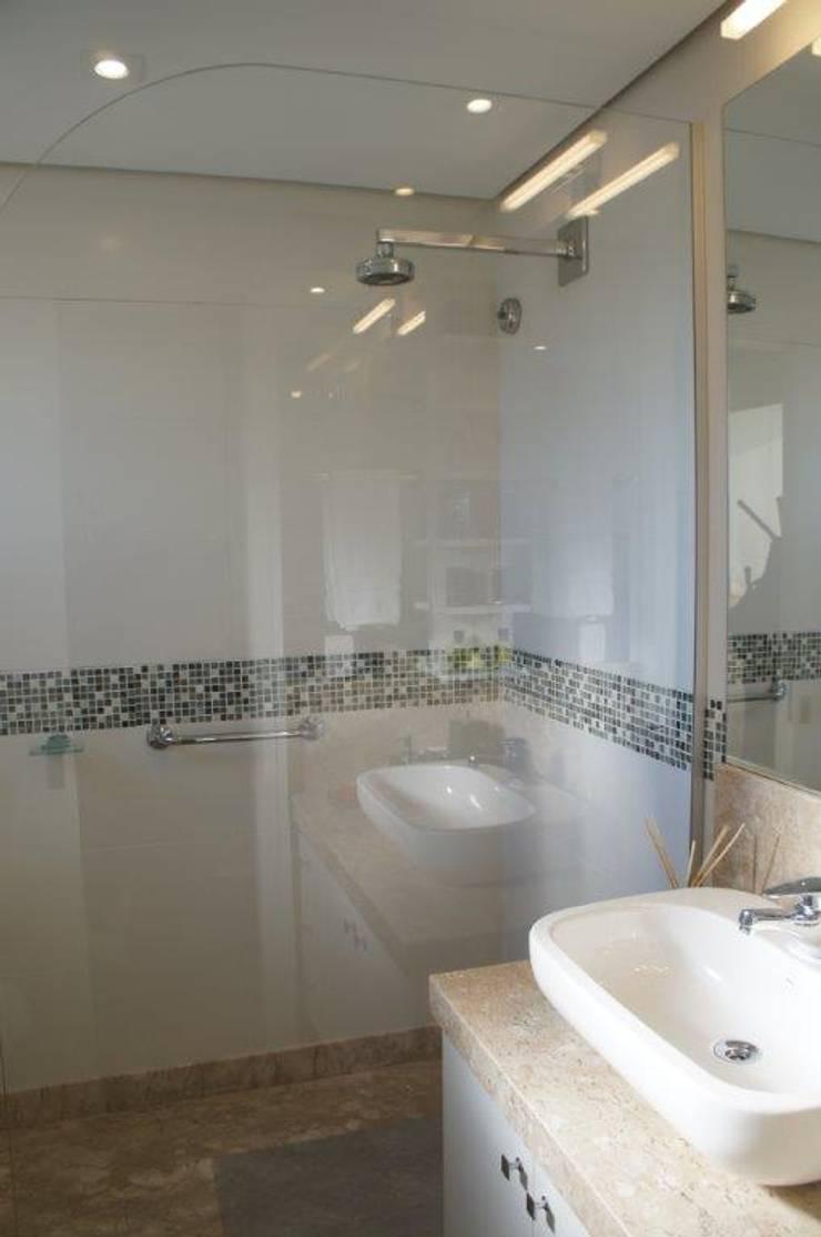 Pára-água entre tampo e box banho:   por Triple Arquitetura,Moderno