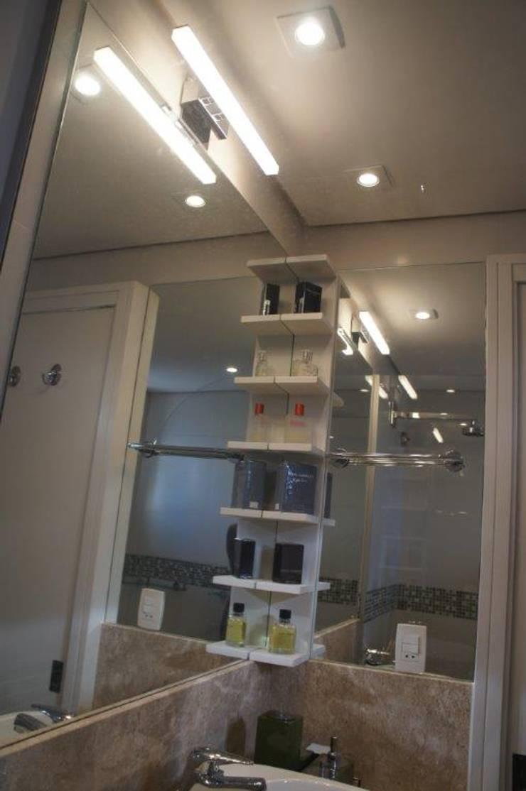 Bancada com canto espelhado:   por Triple Arquitetura,Moderno