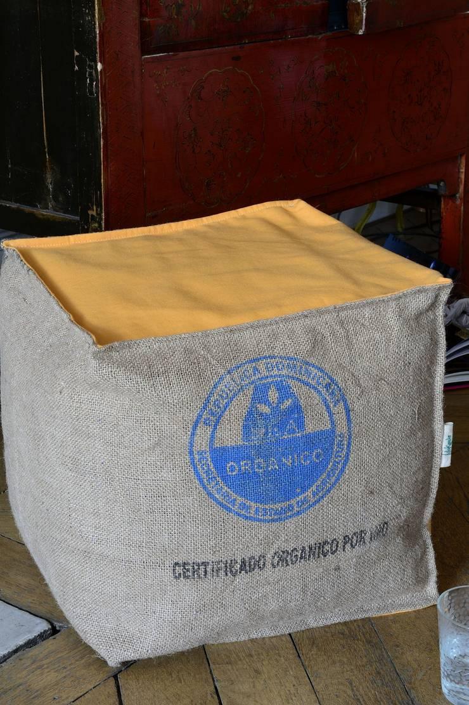 Poufs et coussins de sol en sacs de café recyclés. Made in Nantes: Maison de style  par LILOKAWA