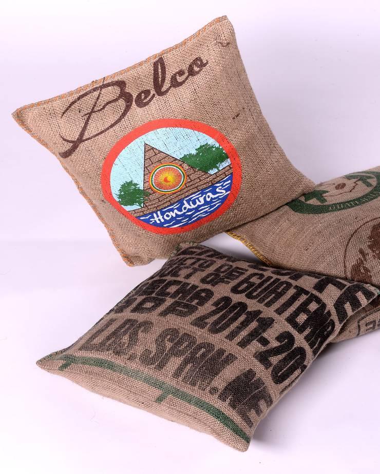 Coussins en toile de jute de sacs de café recyclés: Maison de style  par LILOKAWA