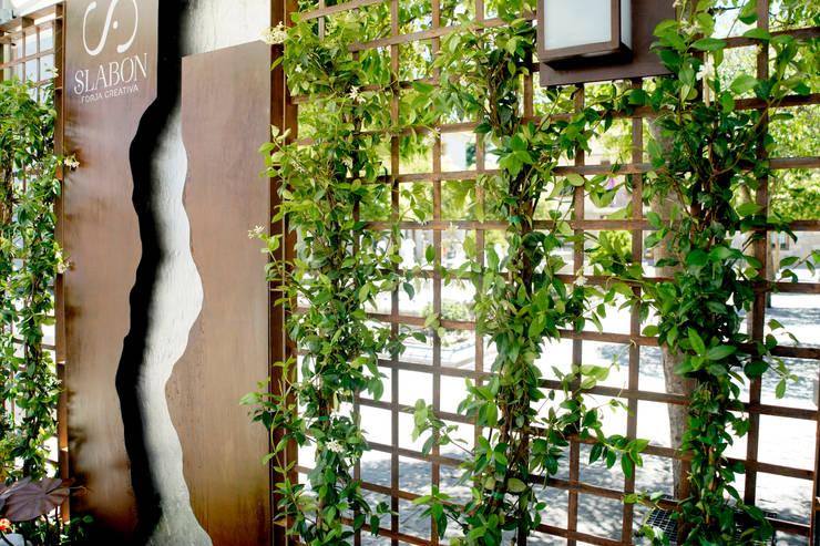 Detalle celosía - Viveros Peña: Balcones y terrazas de estilo  de Slabon  Forja Creativa