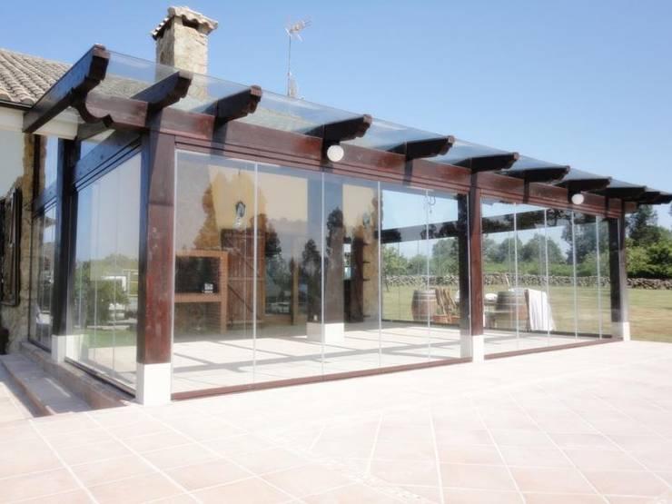 Estructura de madera y cerramiento con cortina de cristal: Hogar de estilo  de FELSOGLASS S.L.