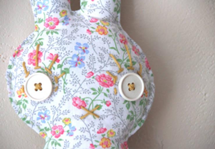 Lap'in à fleurs: Chambre d'enfants de style  par likeyoudesign