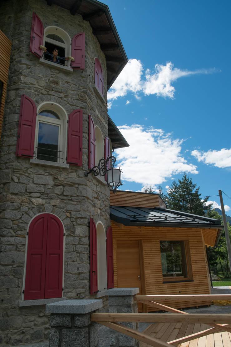 L'ampliamento e la ristrutturazione di un edificio: Soggiorno in stile  di Legnocamuna Case