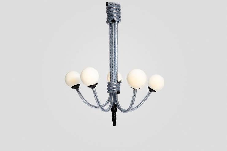 Black Spider Lamp: Hogar de estilo  de Ohlalamp
