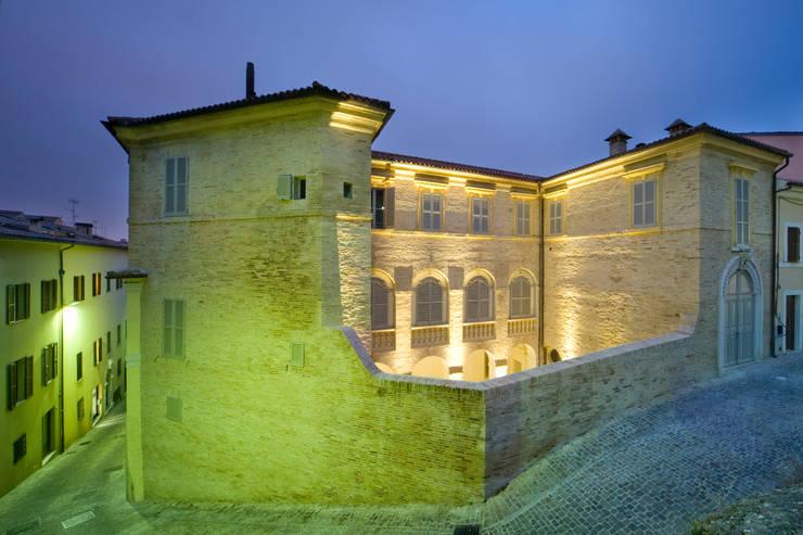 Casas de estilo  de MONDAINI ROSCANI ARCHITETTI ASSOCIATI