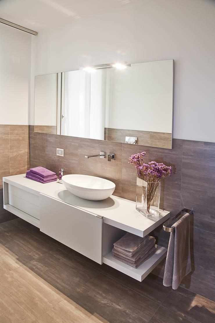 Baños de estilo moderno de STUDIO PAOLA FAVRETTO SAGL - INTERIOR DESIGNER Moderno Madera Acabado en madera