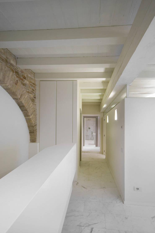Restauro e risanamento conservativo di Palazzo Barilari: Case in stile  di MONDAINI ROSCANI ARCHITETTI ASSOCIATI