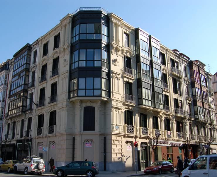 Rehabilitación integral Edificio Viviendas 1890:  de estilo  de LR&C arquitectos