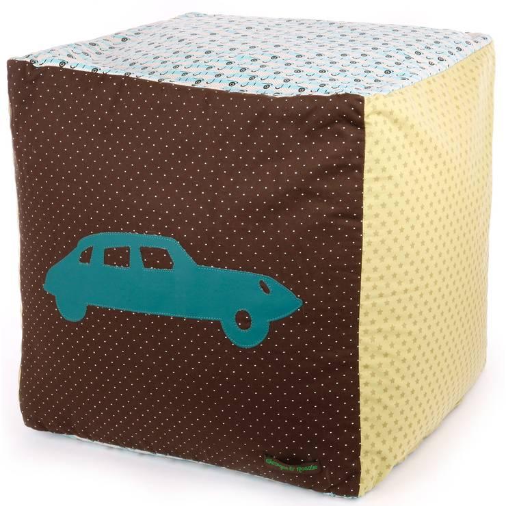 Pouf cube voiture à pois: Chambre d'enfants de style  par Berceau magique
