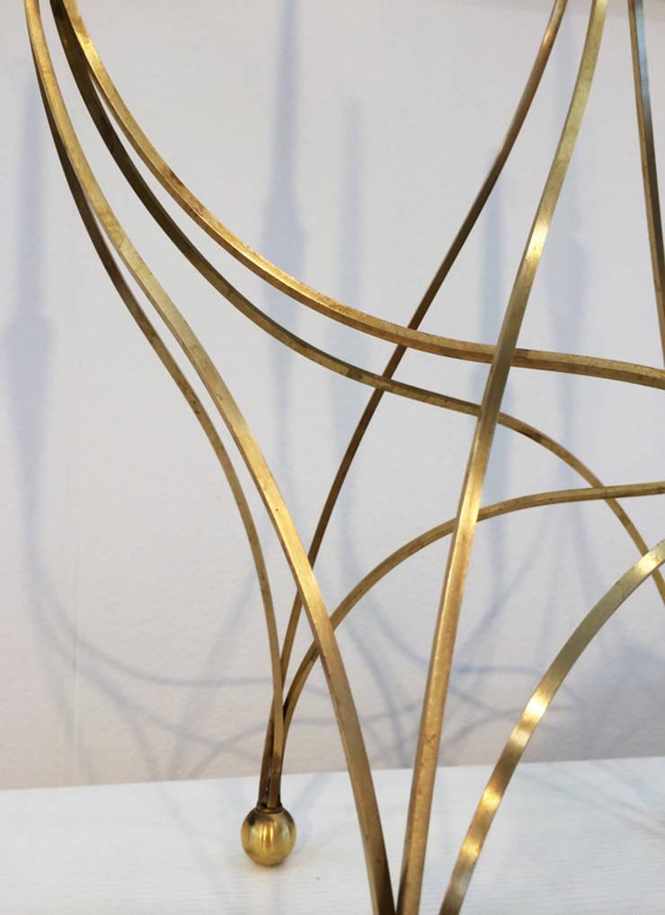 Barbie sculpture/candelabra: Sala da pranzo in stile  di Francesco Della Femina