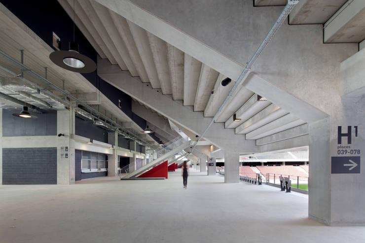 Accès aux tribunes: Stades de style  par Wilmotte & Associés