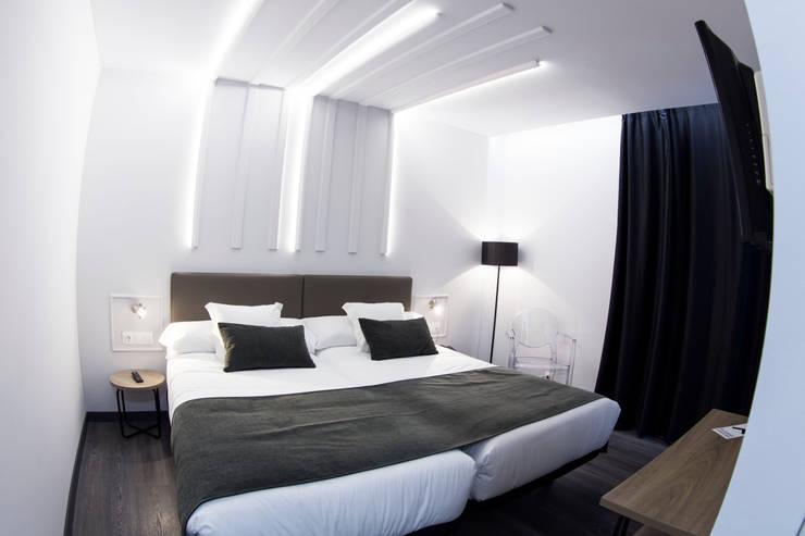Hotel Lux: Hoteles de estilo  de PF1 Interiorismo