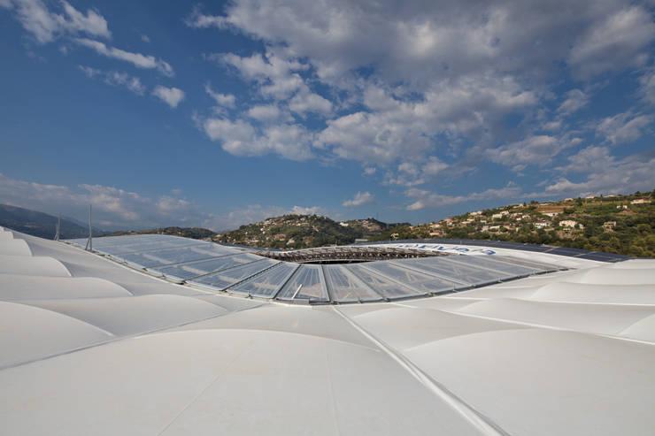 Enveloppe avec panneaux photovoltaïques: Stades de style  par Wilmotte & Associés