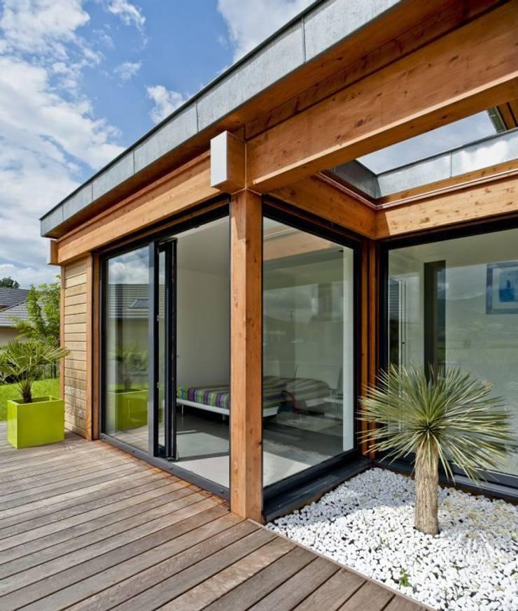 Terrasse et patio en façade Sud: Maisons de style  par Tangentes Architectes