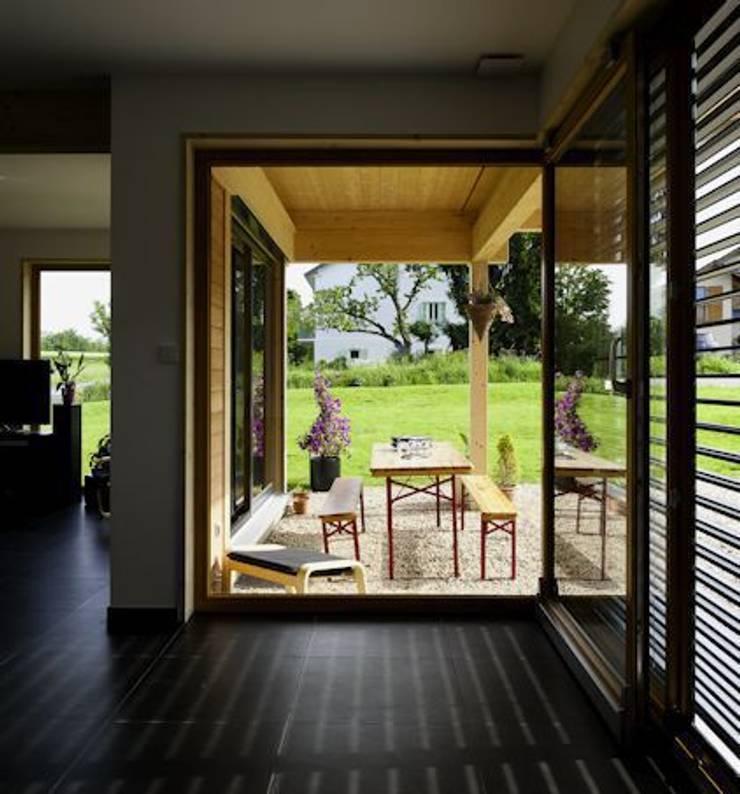 Terrasse vue du séjour: Maisons de style de style Moderne par Tangentes Architectes