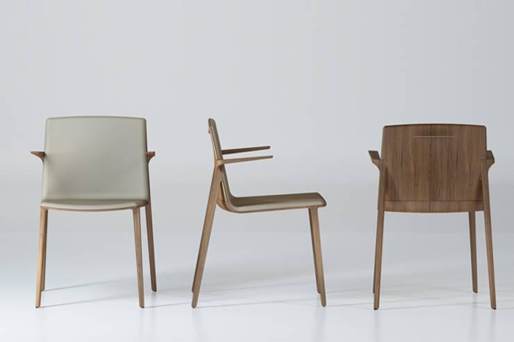 Peg Chair: La alta tecnología aplicada a la fabricación de sillas.: Comedor de estilo  de Alegre Design