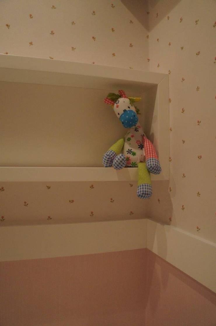 Detalhe Nicho de apoio: Quarto infantil  por Triple Arquitetura