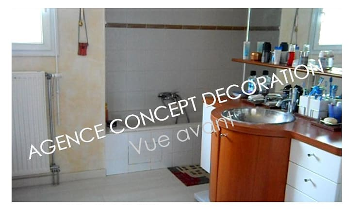vue avant: Salle de bains de style  par agence concept decoration