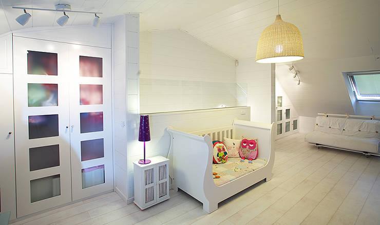 Reforma de buhardilla en vivienda unifamiliar: Dormitorios infantiles de estilo  de Arquitectos Madrid 2.0