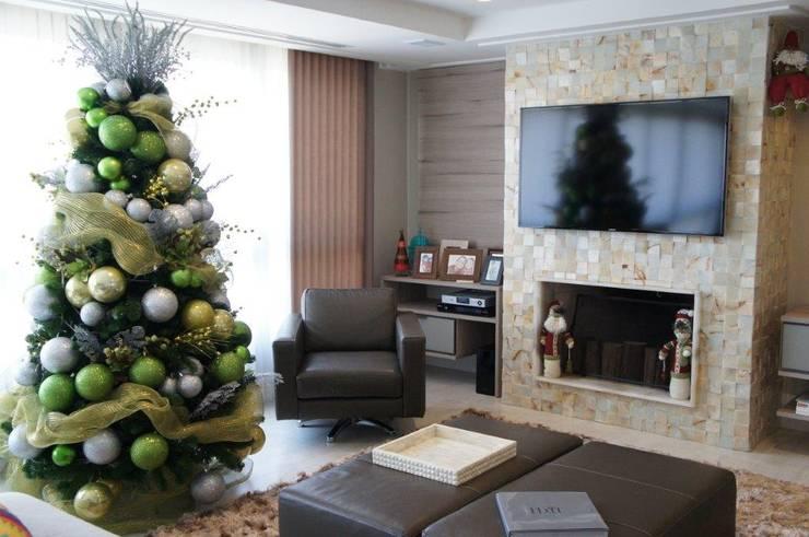 Detalhe lareira: Salas de estar  por Triple Arquitetura