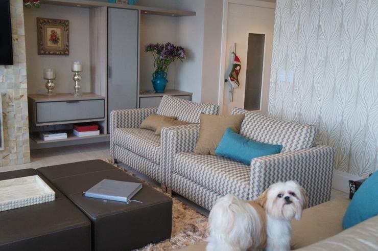 Estofados sob medida: Salas de estar modernas por Triple Arquitetura