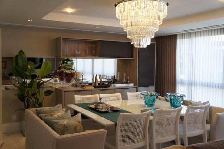 Mesa Jantar com sofás nas cabeceiras feitos sob medida: Salas de jantar  por Triple Arquitetura