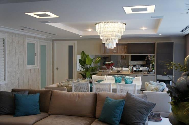 Espelho ao fundo da sala jantar: Salas de jantar modernas por Triple Arquitetura