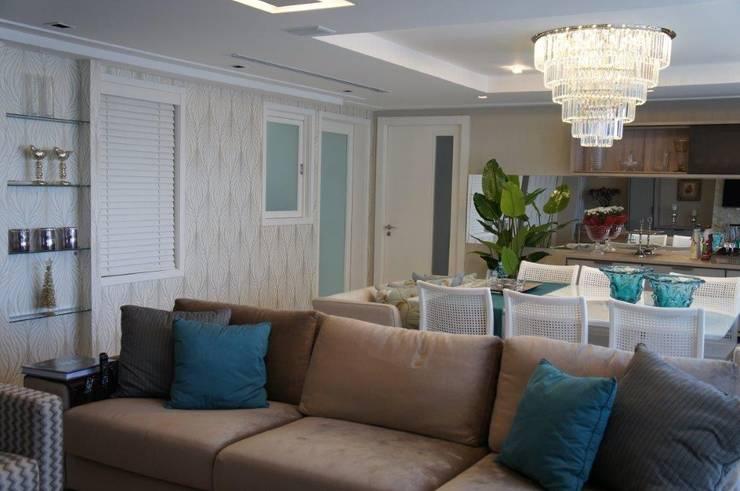 Vista acesso e comunicação com a cozinha e gabinete: Salas de estar  por Triple Arquitetura