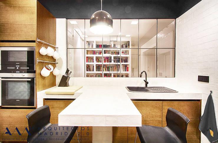Reforma integral de piso en Madrid: Cocinas de estilo moderno de Arquitectos Madrid 2.0