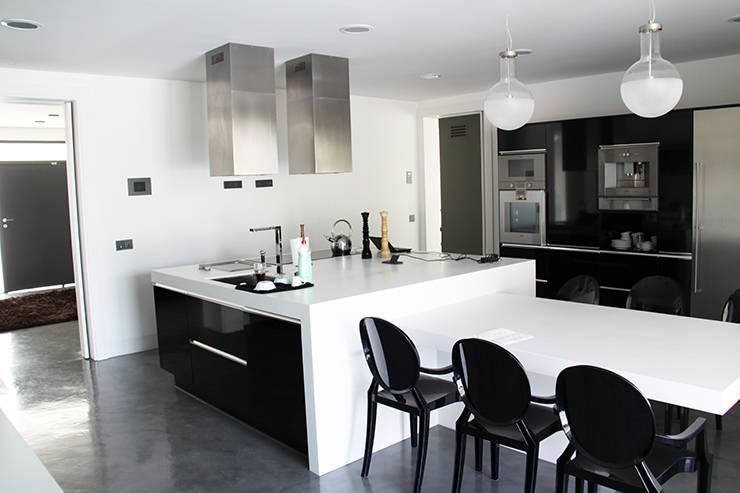 Cocina diseño minimalista: Cocinas de estilo  de Arquitectos Madrid 2.0