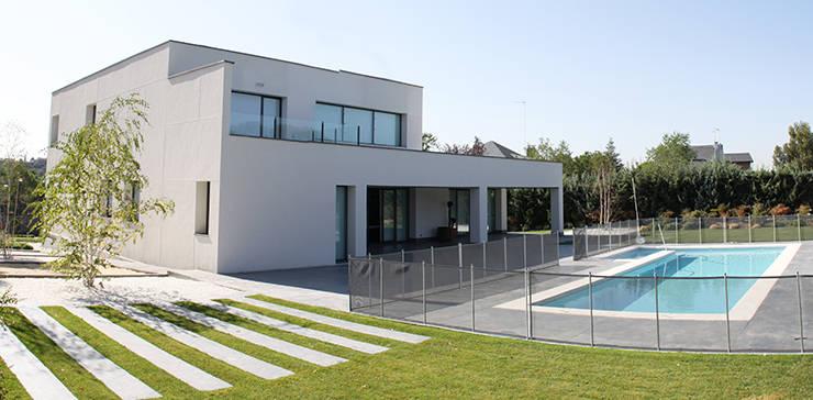 Casa de diseño minimalista: Piscinas de estilo  de Arquitectos Madrid 2.0
