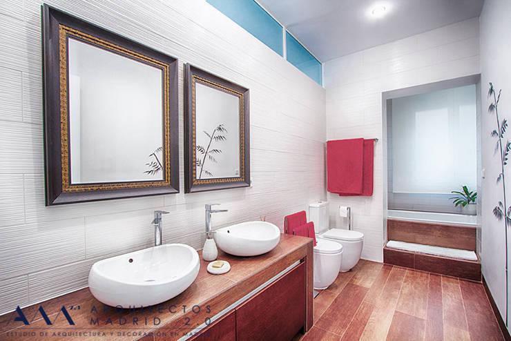 Reforma integral de piso en Madrid: Baños de estilo moderno de Arquitectos Madrid 2.0