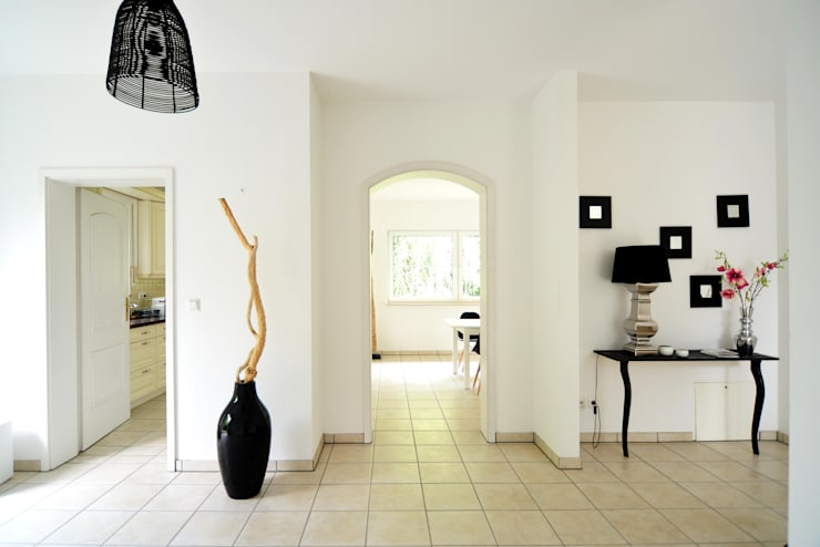 Einfamilienhaus in Düsseldorf:  Flur & Diele von Momentum Homestaging